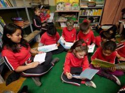 Crianças leem livros do Programa Nacional Biblioteca na Escola em escola do RS | © Eduardo Aigner / FNDE