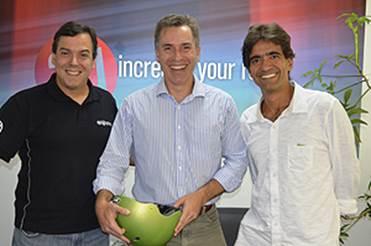 Rodrigo Abreu (AlphaGraphics/agBooks), Leonardo Lorentz (Carbono Zero Courier) e Ricardo Almeida (Clube de Autores) celebram parceria | © Divulgação
