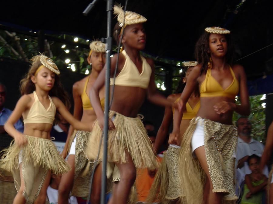 Garotas quilombolas apresentam dança em cerimônia de entrega das Arcas das Letras em Castainho (PE)   © Lima Andruška