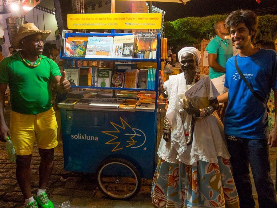 Carrinho de livros da Solisluna em evento na capital baiana   © Divulgação