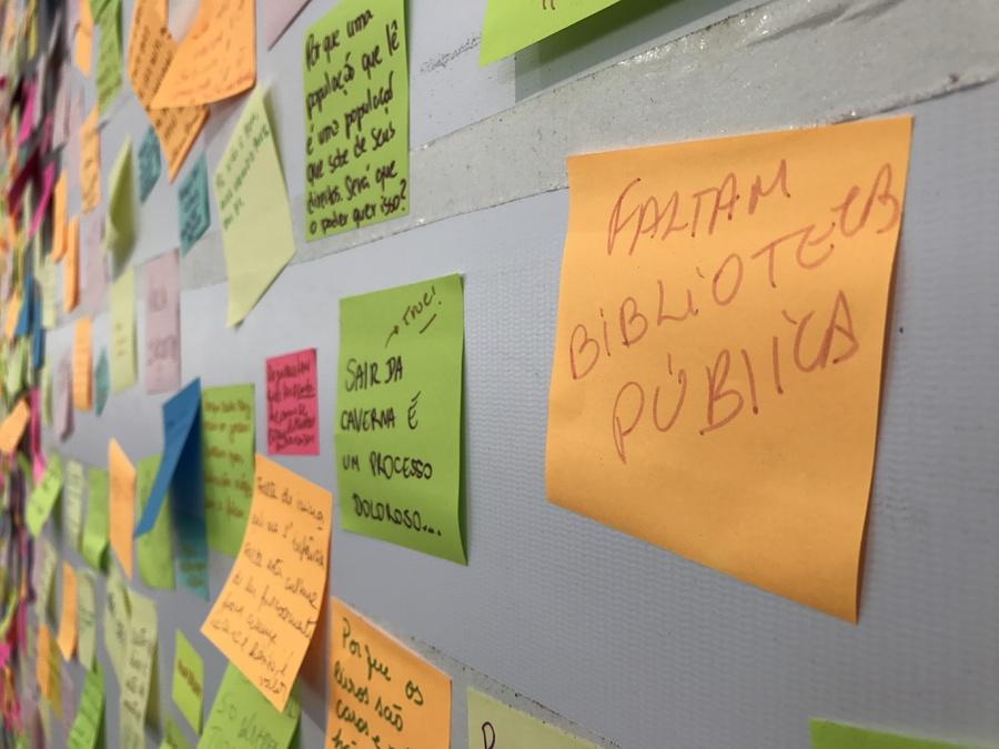 Em um mural da LER, os visitantes podiam deixar sua opinião sobre por que se lê pouco no Brasil, entre outros assuntos   © Lima Andruška