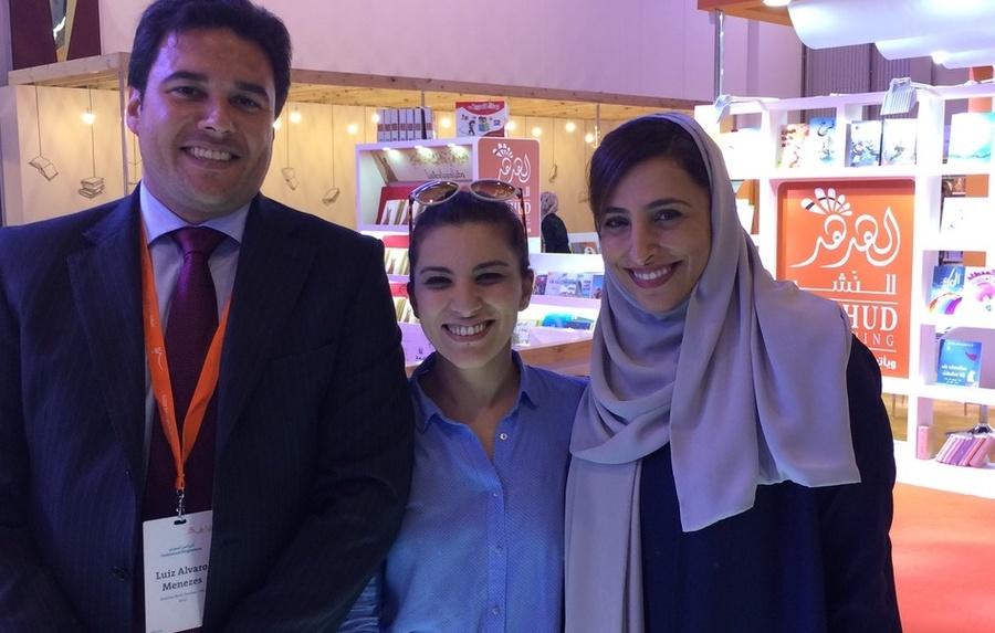 Luiz Alvaro, Rawan Dabbas, Gerente de Relações Internacionais da Associação de Editores dos Emirados (EPA), e Bodour Al Qasimi, fundadora da EPA | © Divulgação