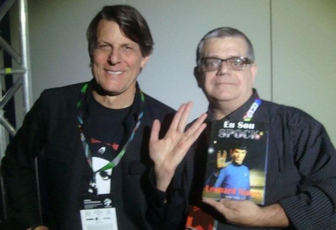 Silvio Alexandre, colunista do PublishNews, posa ao lado do diretor Adam Nimoy, filho de Leonard Nimoy, o Sr. Spock, de 'Star Trek' | © Acervo pessoal do colunista
