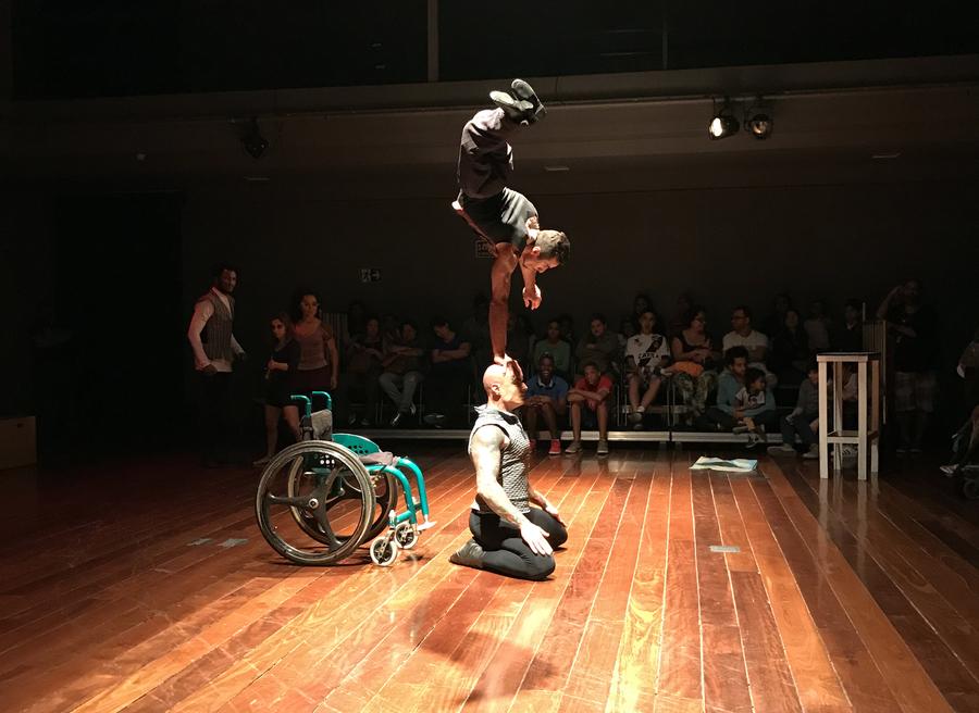 Estação Shakespeare, espetáculo gratuito da Cia iLtda e parte do 4º Festival Internacional de Circo, foi encenado em novembro no teatro da Biblioteca Parque do centro do Rio | © Lima Andruška