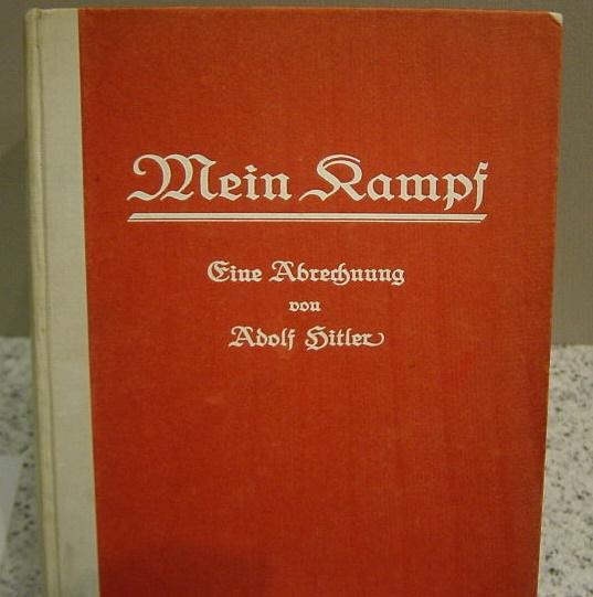 Exemplar da primeira edição do Mein Kampf em exposição no Museu de História da Alemanha, em Berlim | © Anton Huttenlocher / WikiCommons