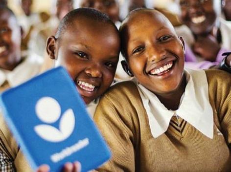 Garotos beneficiados pela ONG Worldreader cuja missão é missão 'levar livros digitais a cada criança e a sua família, com o objetivo de melhorar suas vidas'| © Redes Sociais