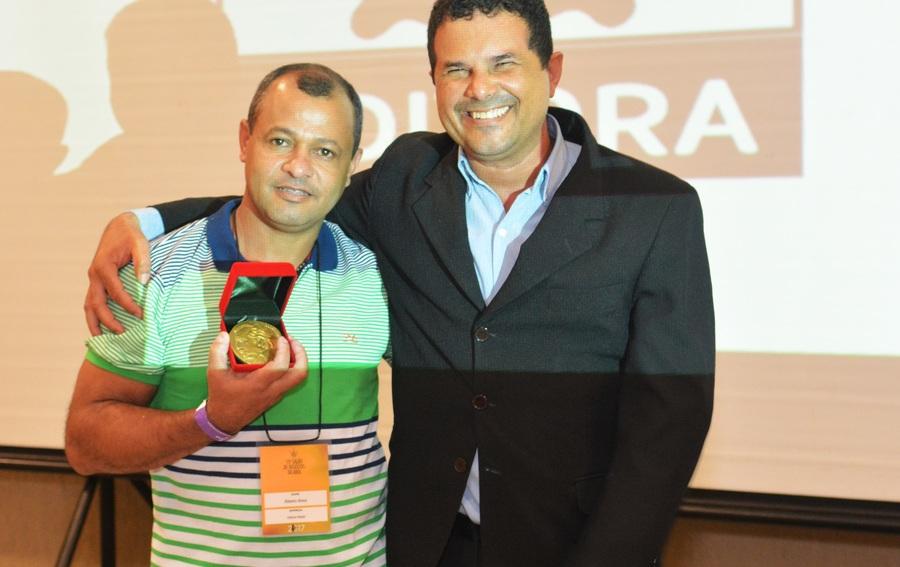 Ribeiro Alves ganha Medalha Jorge Amado das mãos de João Corado Teixeira Filho | © Elisangela Borges / Divulgação