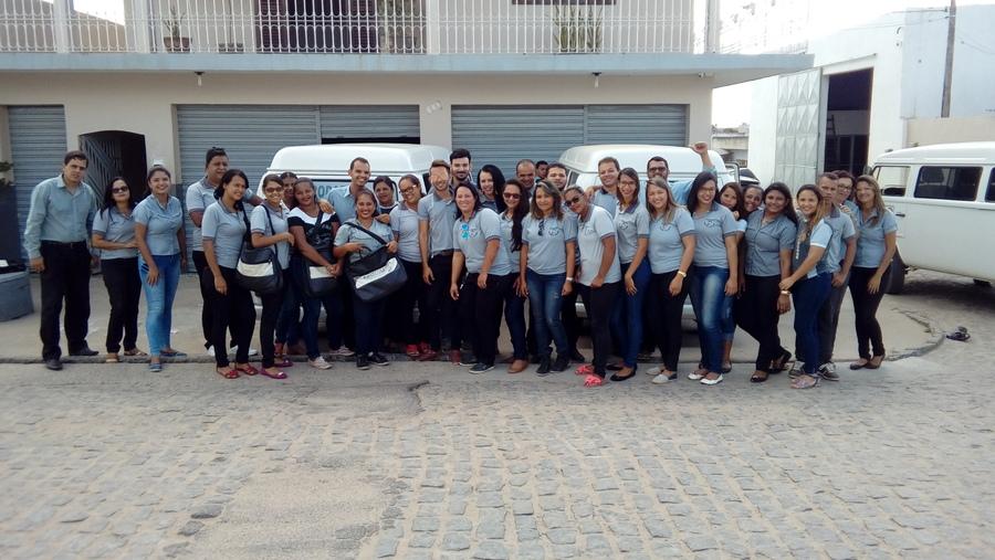 Parte da equipe da PRODAE na frente da sede da empresa em Limoeiro (PE) | © Divulgação