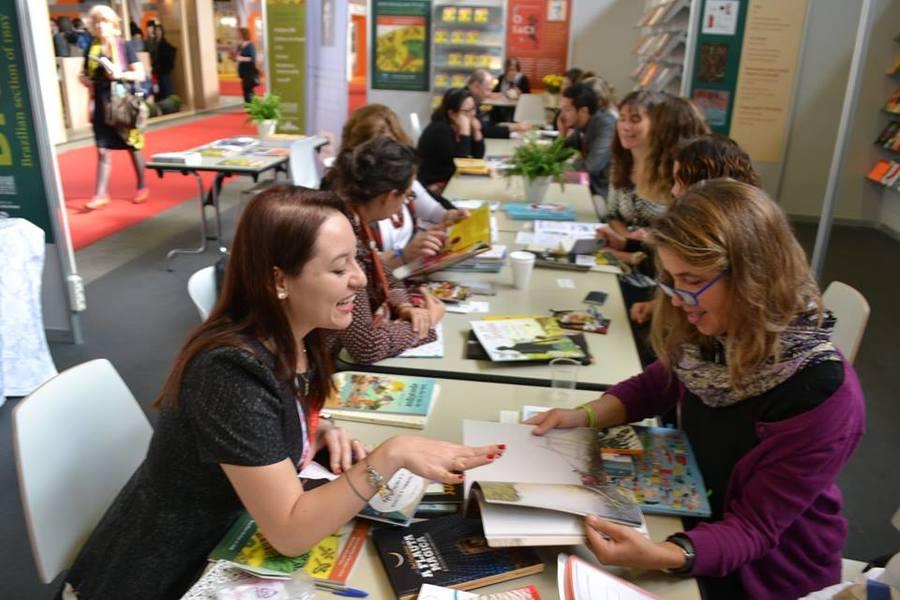 Editores em reuniões no estande do Brazilian Publishers em Bolonha   © divulgação / BP
