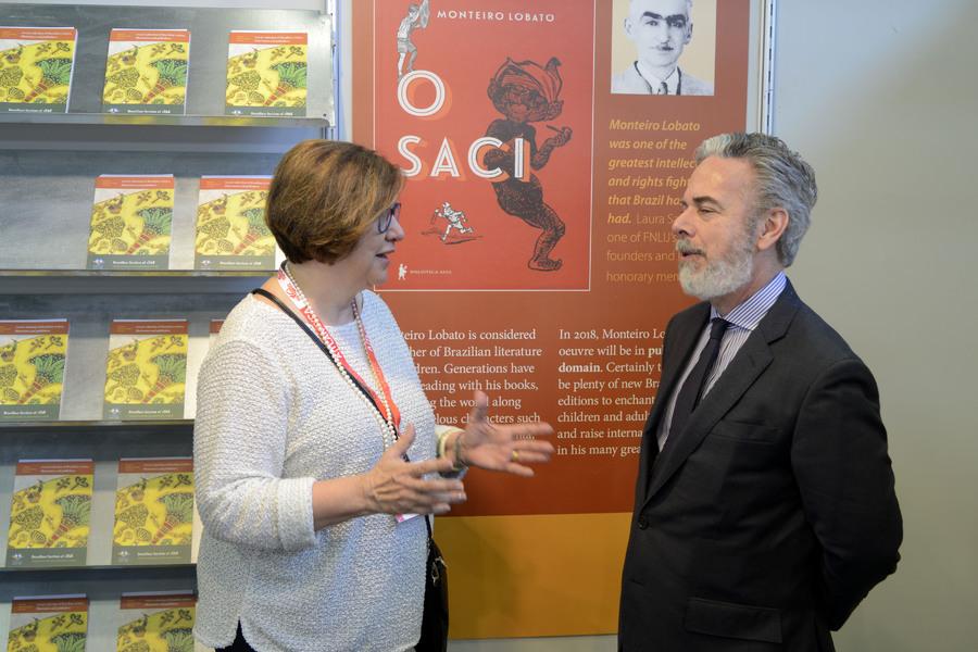Beth Serra, representante da FNLIJ, recebe Antonio Patriota, embaixador brasileiro em Roma | © Divulgação