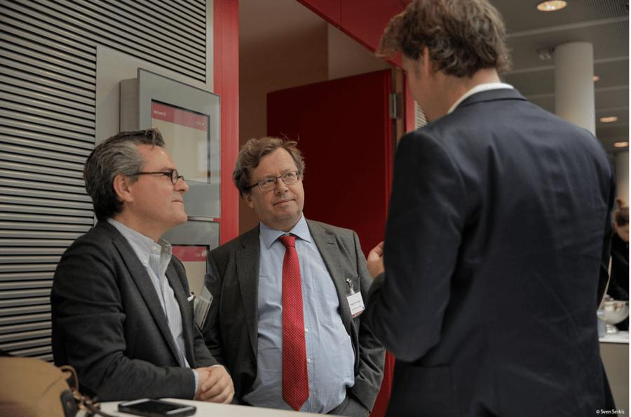 Ruediger Wischenbart (ao centro) fala com players do mercado europeu durante o Publishers Forum 2017 | © Sven Serkis