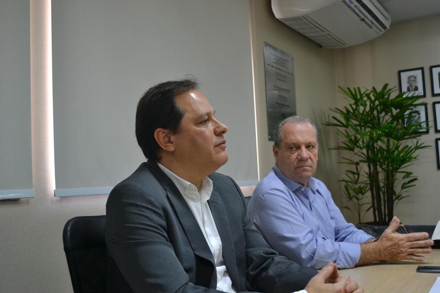 Luiz Armando Bagolin e Luís Antonio Torelli receberam jornalistas para apresentar as novidades da edição 59 do Prêmio Jabuti | © Camila Del Nero