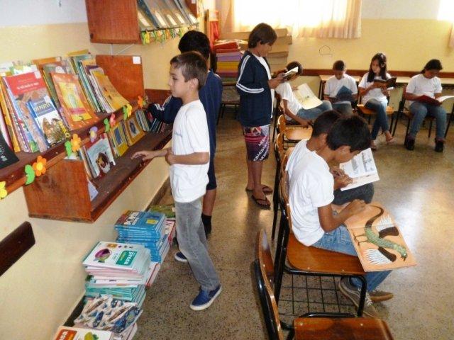 Crianças manuseiam livros em escola em Goiânia | © Ascom / FNDE