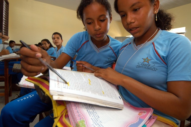 Alunos de escolas conveniadas ao Poder Público também passarão a receber os livros do PNLD | © Divulgação / FNDE