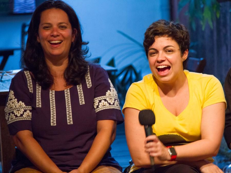 Camila Cabete (de amarelo) e Daniela Kfuri se divertindo (a vera) na mesa dos colunistas na Casa PublishNews | © Julio Vilela