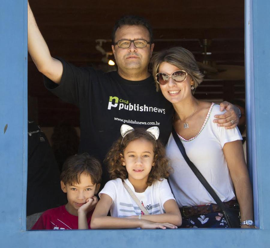 A família PublishNews, com Carlo, Carla, Lorenzo e Tarsila | © Julio Vilela