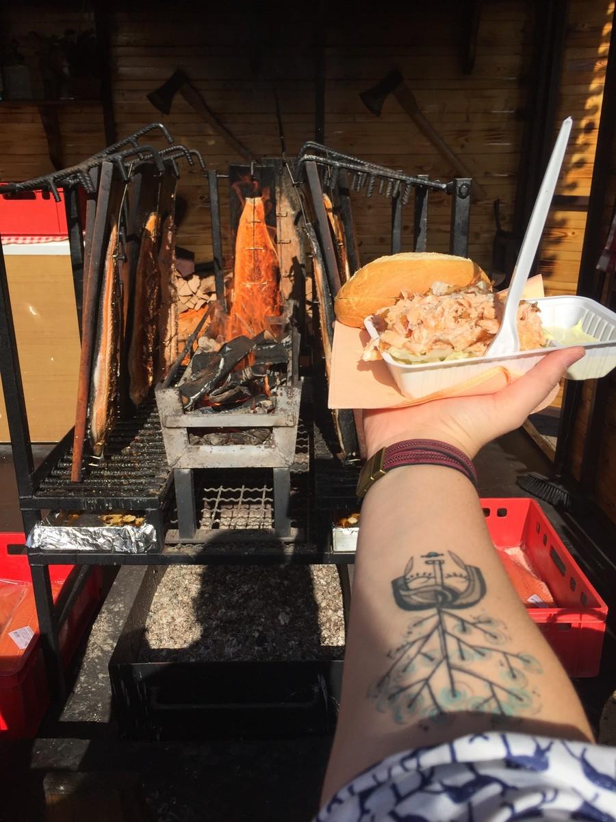 Come-se bem na Feira de Frankfurt. Nesse dia, Rafaela optou por um sanduíche feito de salmão, que era assado ali, na frente de todo mundo, num braseiro | © Rafaela Lamas