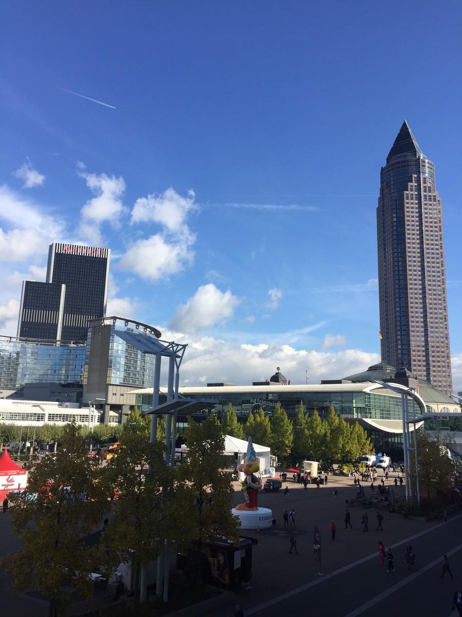 Cena incomum e rara: Frankfurt com céu azul e ensolarado em plena Feira do Livro... | © Rafaela Lamas