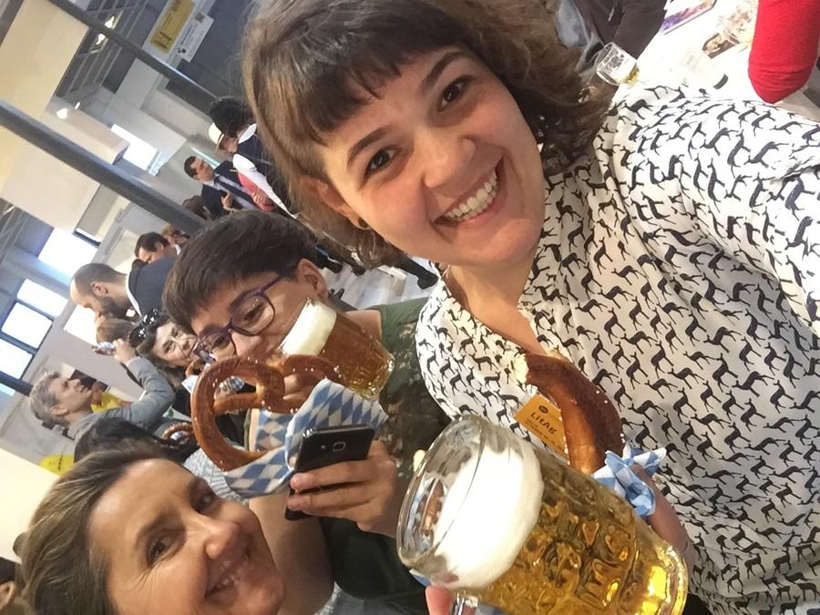 No fim da quinta-feira, o encontro para o pretzel de todos os dias foi no estande do Brasil