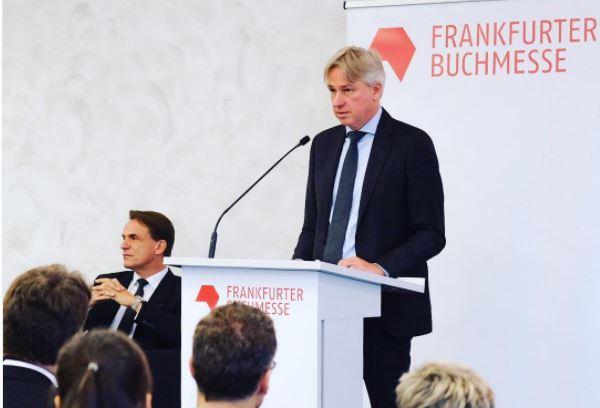 Juergen Boos fala com os jornalistas antes da abertura oficial da Feira do Livro de Frankfurt   Divulgação