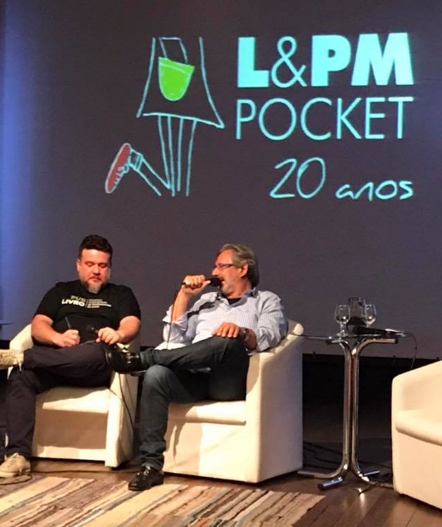 Leonardo Neto, editor do PublishNews, entrevista Paulo Lima, fundador da L&PM | © Eduardo Cunha