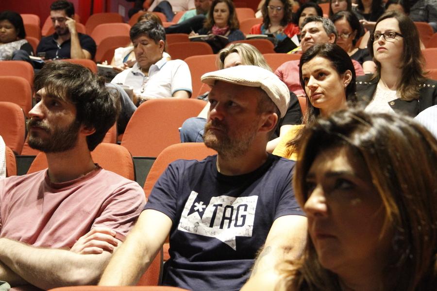 Plateia acompanha o Pub-Livro   © Leonardo Neto