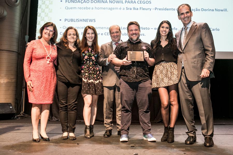 Equipe do PublishNews ao receber a Menção Honrosa do Prêmio IPL - Retratos da Leitura | © Divulgação / IPL