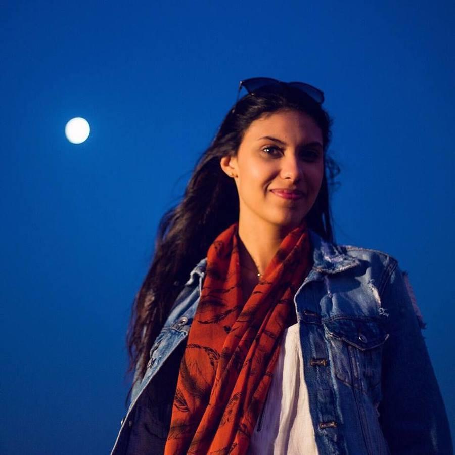 Talita, nossa repórter, no deserto de Sharjah, em sua primeira viagem internacional pelo PublishNews | Kin Guerra