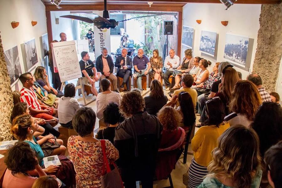 Debate sobre eventos literários lotou a Casa PublishNews em Paraty | © Julio Vilela