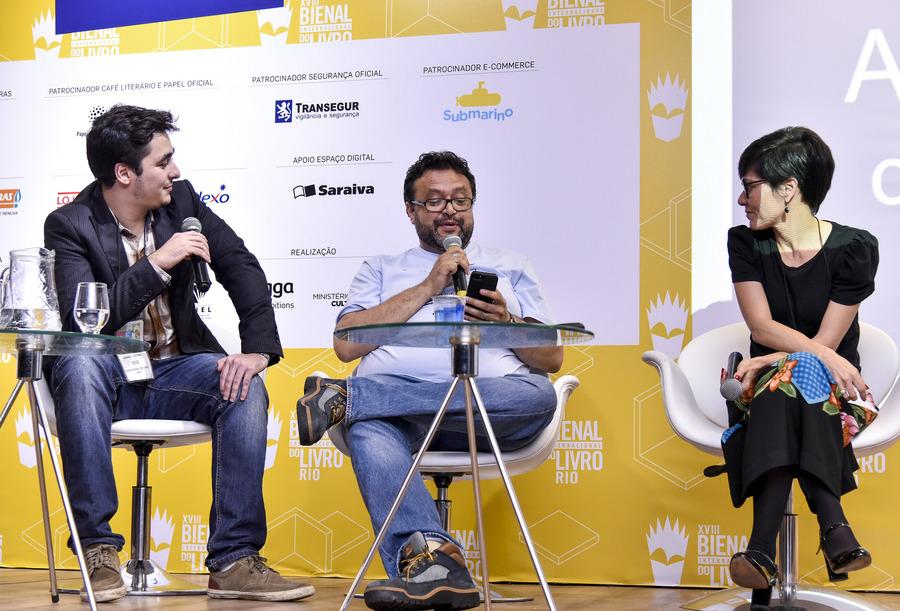 Carlo Carrenho (ao centro), fundador do PN, entrevista Mariana Bueno e Raphael Secchin dentro da programação do InterLivro, no Rio