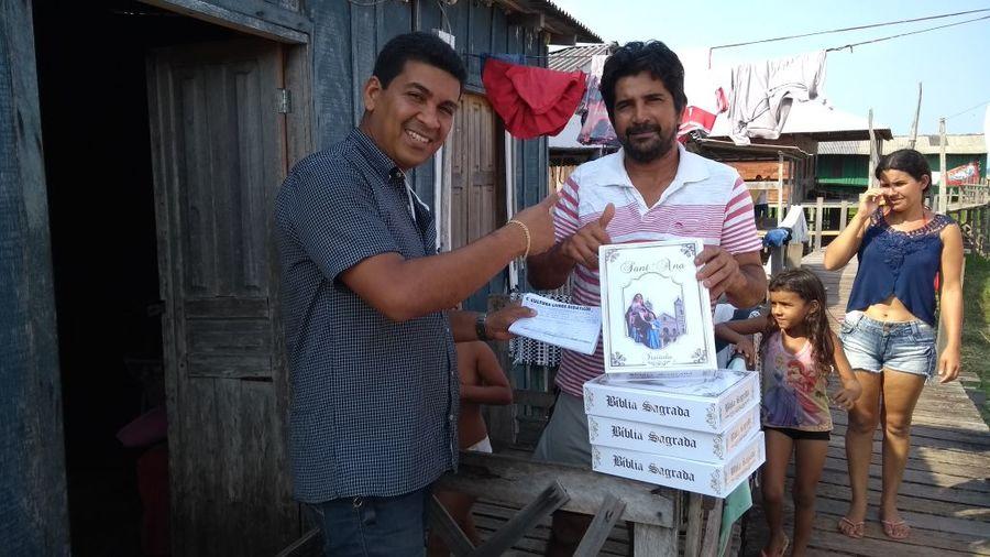 Cléber em campo, vendendo bíblias em comunidades ribeirinhas dos rios que compõem a Bacia Amazônica | Acervo pessoal