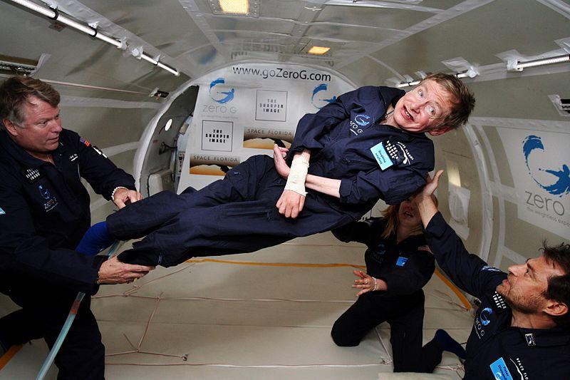 Stephen Hawking tendo a experiência de gravidade zero | © Jim Campbell / Aero-News Network