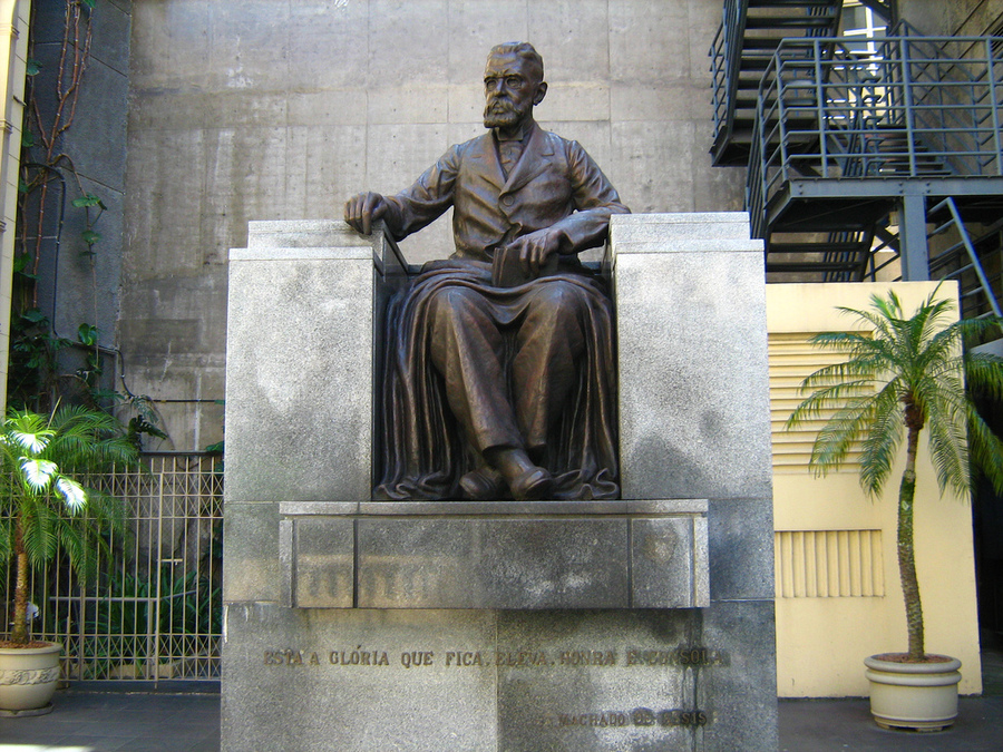 Escultura homenageia Machado de Assis na entrada da Academia Brasileira de Letras