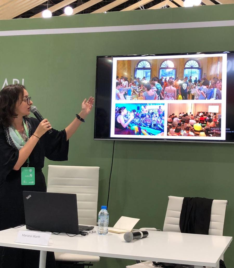 Mariana Warth na apresentação sobre as particularidades do Brasil sob a ótica dos editores independentes e da experiência com a Nuvem de Livros