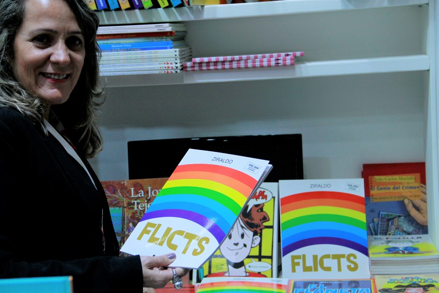 Dênya Rebelo posa com a versão argentina de Flicts, de Ziraldo   Leonardo Neto