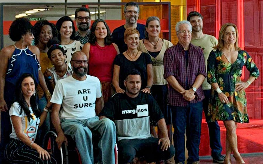 Julio Silveira com alguns dos autores que participarão do evento   © Divulgação / Facebook