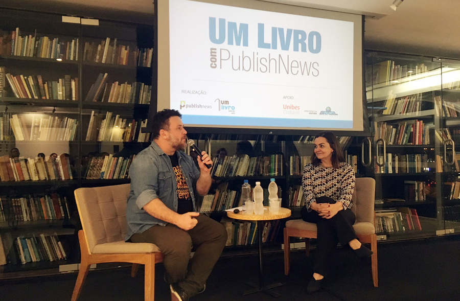 Leonardo Neto entrevista Meire Dias no segundo encontro UmLivro com PublishNews na Unibes Cultural | © Talita Facchini
