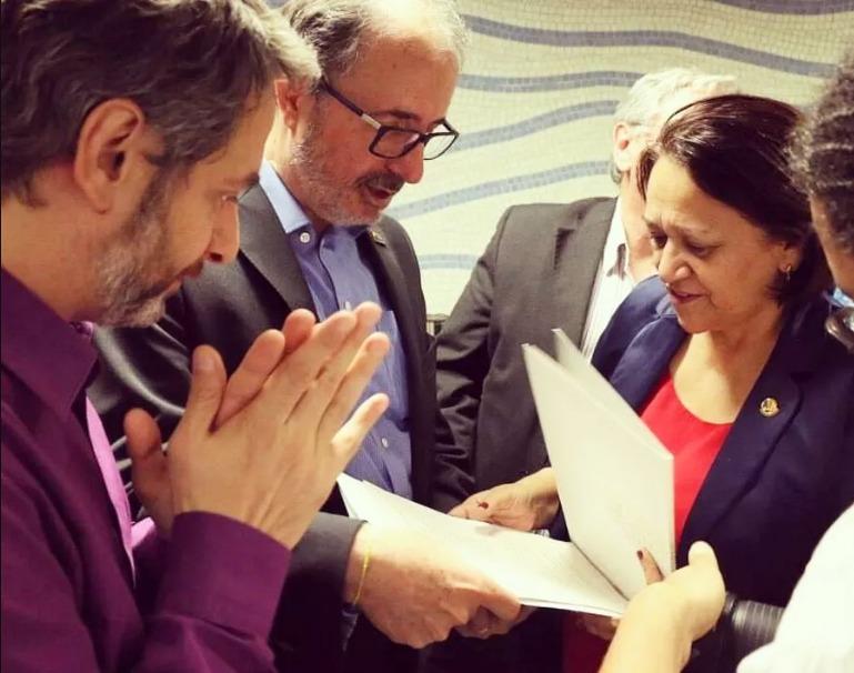Castilho (no meio) e Volnei Canônica, então diretor do Livro, Leitura, Literatura e Bibliotecas do MinC, entregando o projeto de lei à senadora Fátima Bezerra em maio de 2016 | Assessoria do Gabinete da senadora