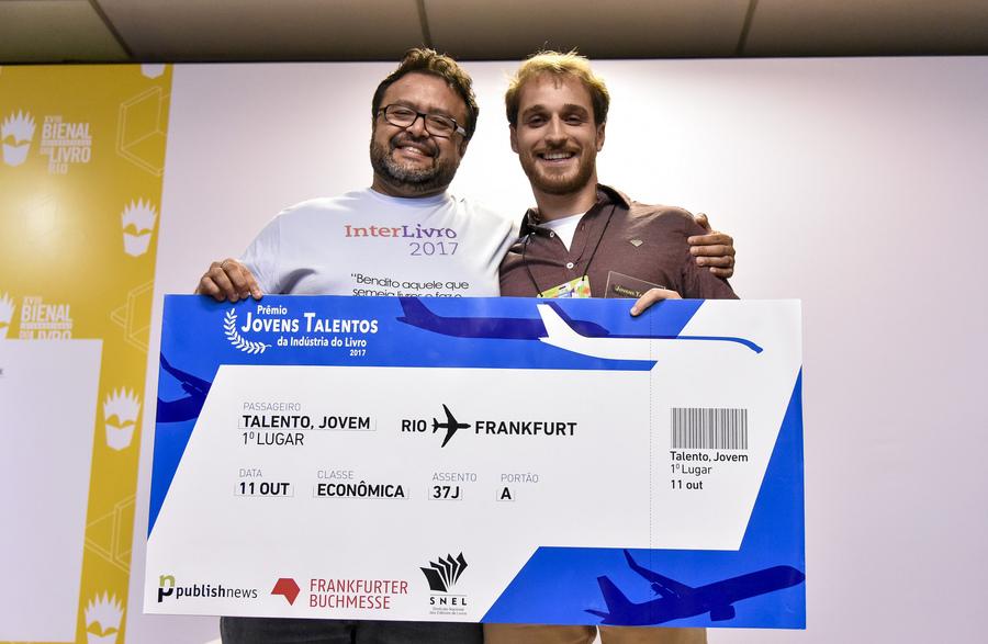 Carlo Carrenho entrega a Gustavo Lembert o Prêmio Especial Jovens Talentos em 2017 | © Divulgação Bienal do Rio