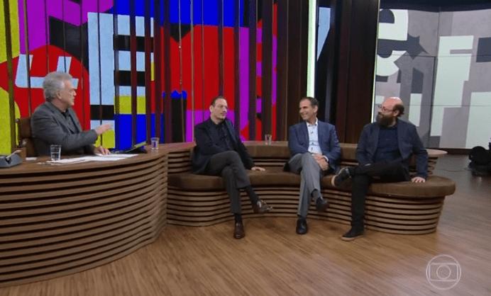 Jornalista Pedro Bial recebe os editores Luiz Schwarcz, Marcos Pereira e André Conti | © Reprodução TV Globo