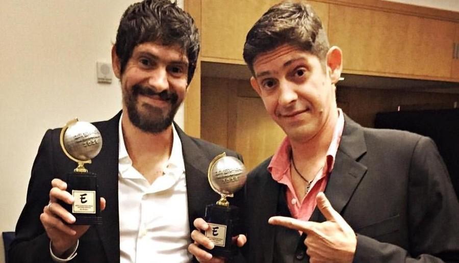 Os irmãos com o troféu Eisner nas mãos   © Facebook / Reprodução