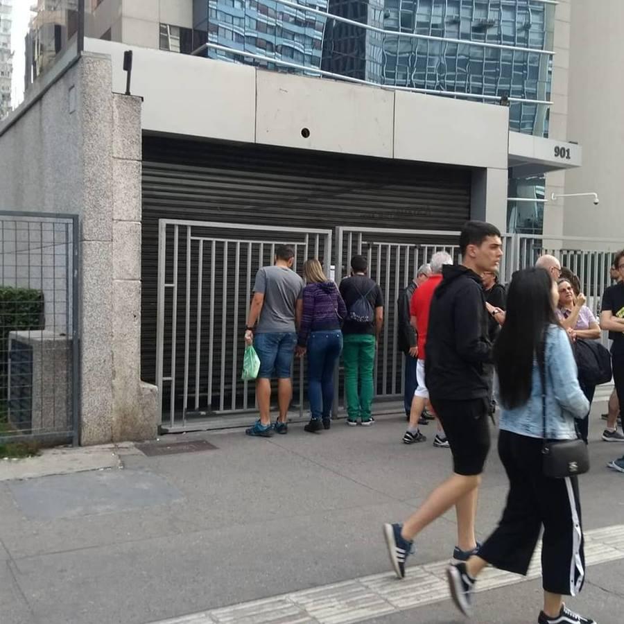 Fachada de onde ficava a loja Fnac na Av. Paulista amanheceu domingo sem o letreiro e com um cartaz informando o fechamento | © Cadu Perol
