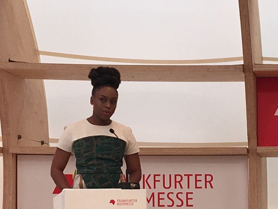 Chimamanda Agozi Adichie na conferência para a imprensa da 70ª Feira do Livro de Frankfurt | Talita Facchini