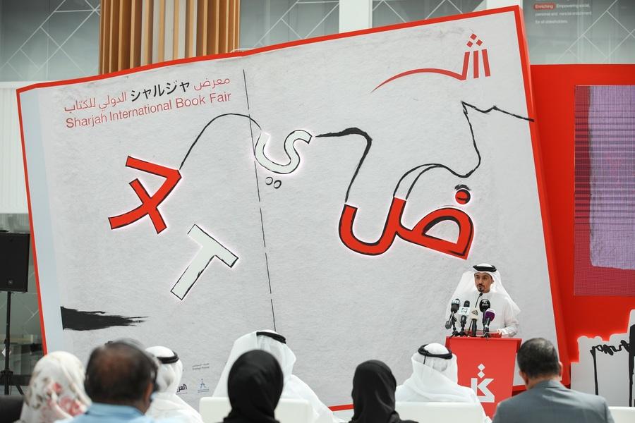 Ahmed Al Ameri, presidente da Sharjah Book Authority, apresenta aos jornalistas a programação da Feira Internacional do Livro de Sharjah que acontece entre os dias 31/10 e 10/11 | © Divulgação