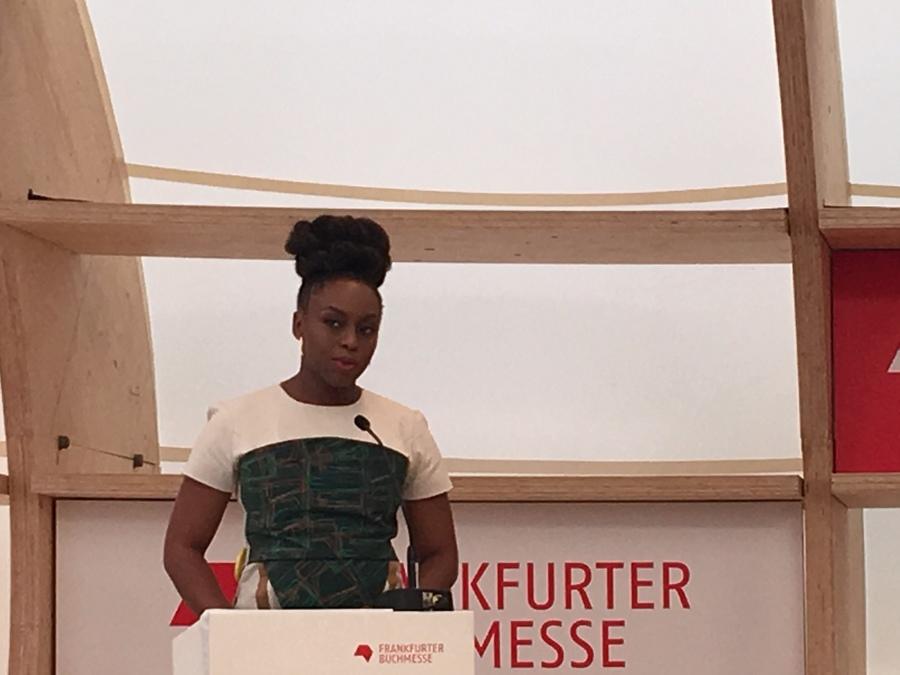 Chimamanda Agozi Adichie na conferência de abertura para a imprensa da 70ª Feira do Livro de Frankfurt   Talita Facchini