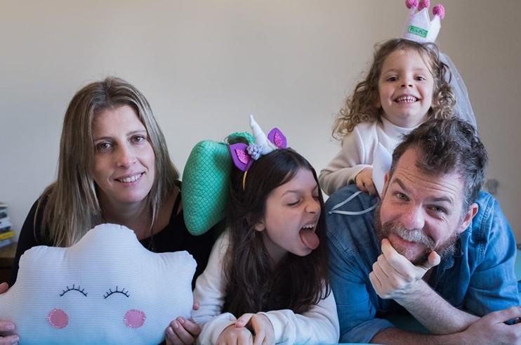 Marcos Piangers e Ana Cardoso com as filhas| © Divulgação