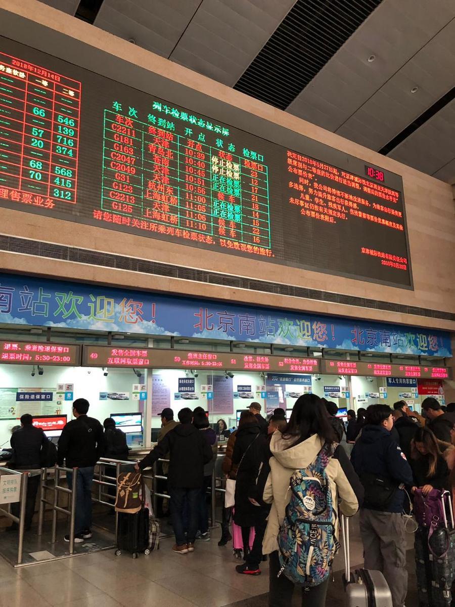 Tabela dos trens. Só com um acompanhante chinês para o turista receber a passagem de trem.