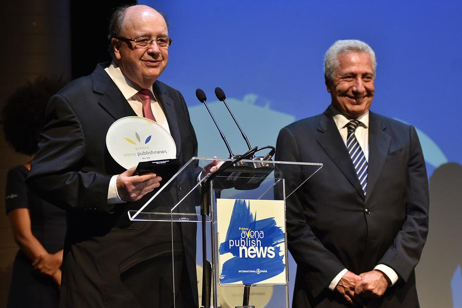 Alfredo Weiszflog recebendo o Prêmio Especial Avena PublishNews de Contribuição ao Mercado Editorial