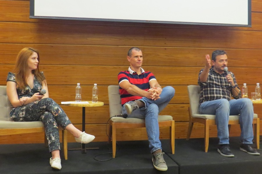 Maju, em um dos encontros UmLivro com PublishNews, junto com Daniel Pinsky e Ricardo Garrido