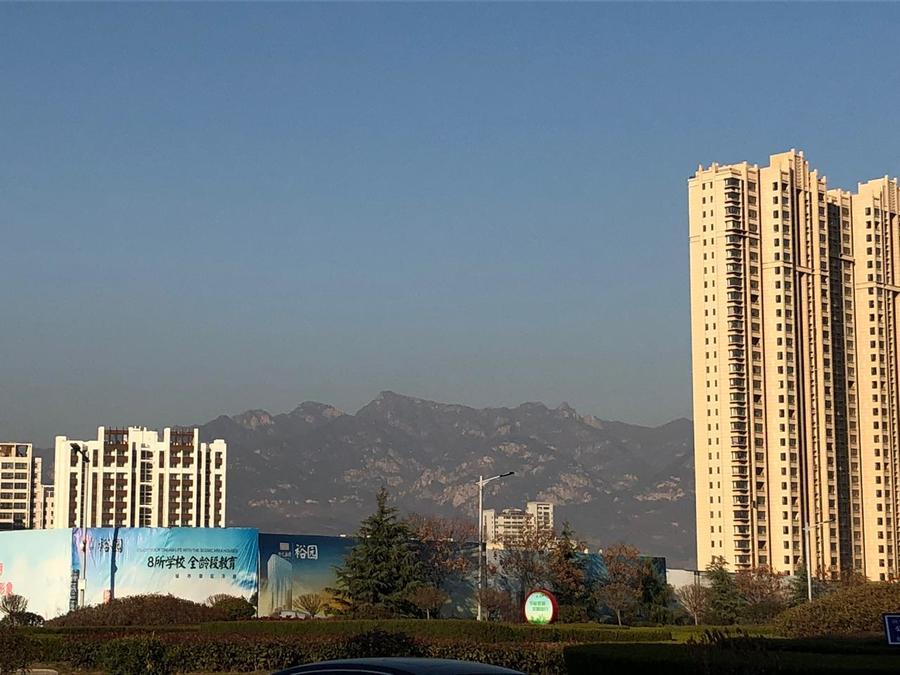 Outra vista de Tai'an com o Monte Tai ao fundo. Quando eu falava Mount Tai, ela corrigia: Mountain Tai. Afinal, não é só um Monte, é uma Montanha! Rs